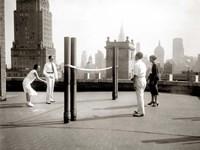 Une Partie de Deck - Tennis sur la Terrasse du Toit de l' Hotel Delmonico de New York, 1925 Fine-Art Print
